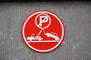 Gratis foto auto parkeren takelwagen grijs rood muur wit
