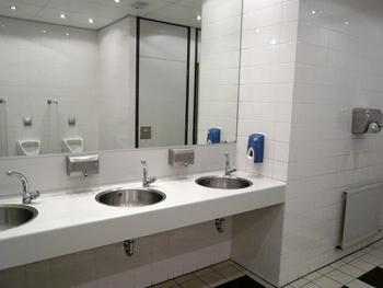 Gratis foto afdrogen badkamer kraan muur tegels wc zeep zeepbakje spiegel plassen - Kleur muur wc ...